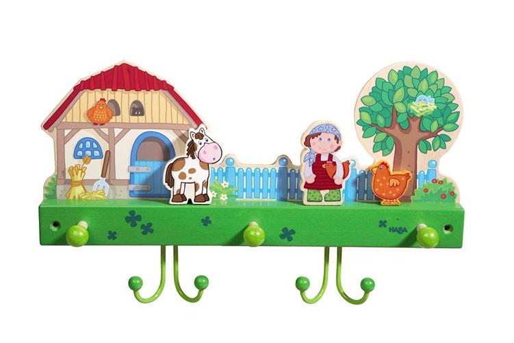 Eine Kindergarderobe von Haba, es ist ein Bauernhof mit einer Kuh und einer Bäuerin zu sehen.